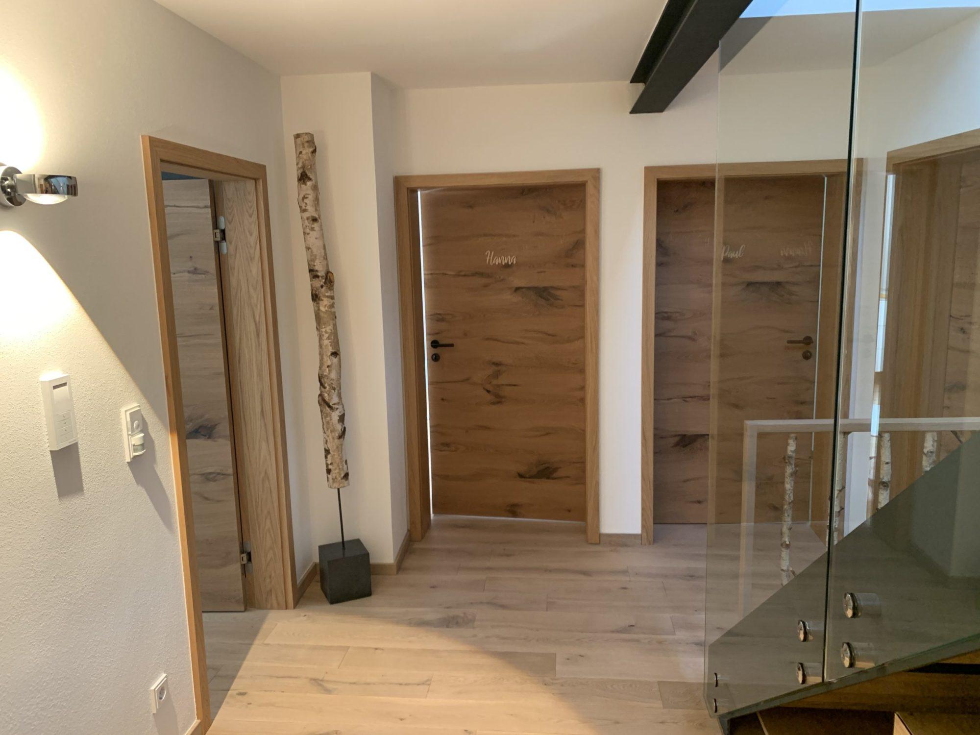 wood Birkenstamm auf Betonsockel
